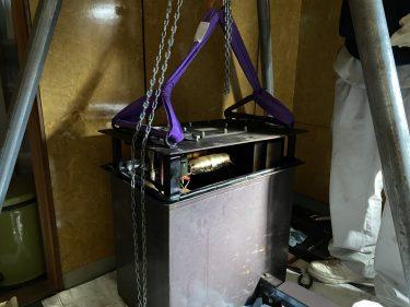 電圧発生装置から高濃度PCB使用コンデンサの取り出し作業